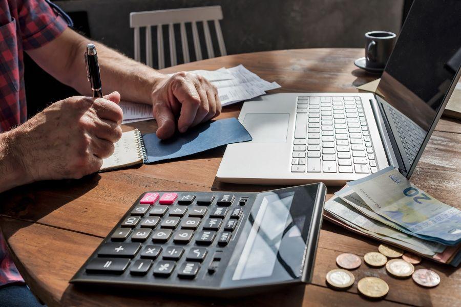 presupuesto finanzas dinero gastos deudas inmuebles llave